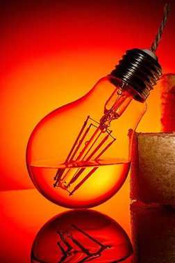 The idea is to give a second life to an old burned-out bulb redoing it in a kerosene lamp