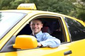 Fotografie řidič taxi poblíž vozu
