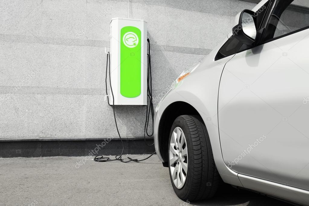 Opladen Van Een Elektrische Auto Stockfoto C Belchonock 124916496