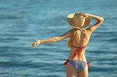 mladá žena v plavkách