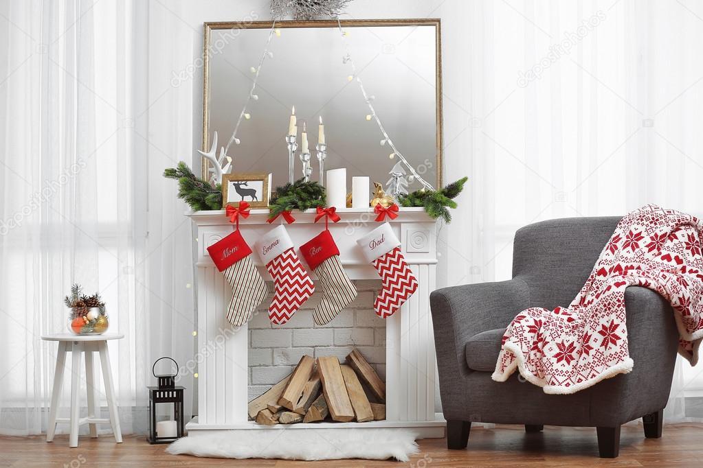 woonkamer met prachtige open haard versierd voor de kerst stockfoto