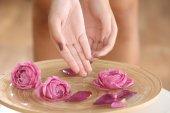 Fényképek Női kezek spa fából készült tál virággal, Vértes