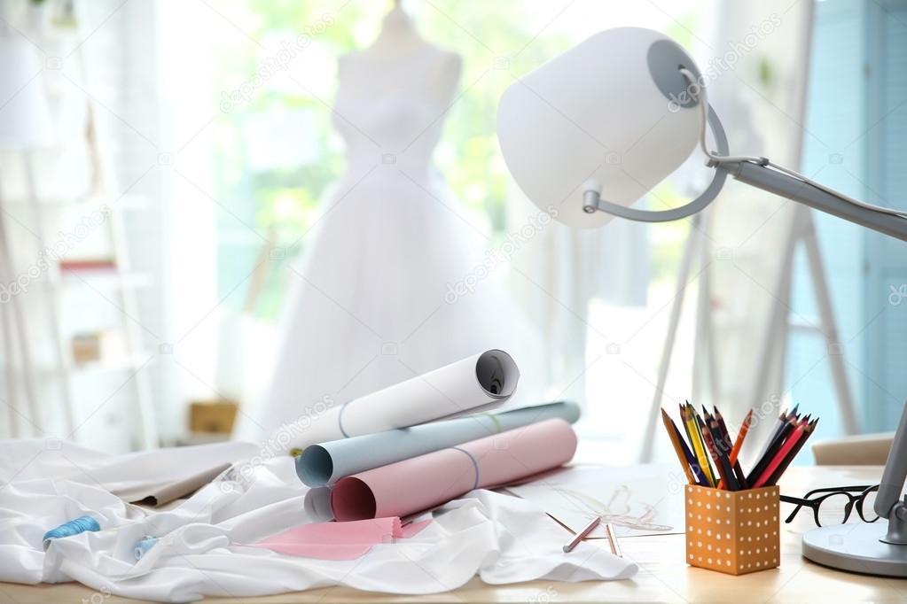 Patrones de costura y tela en la mesa de diseño de vestido — Foto de ...