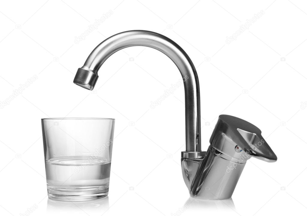 Glas water en kraan op wit wordt geïsoleerd waterbesparende