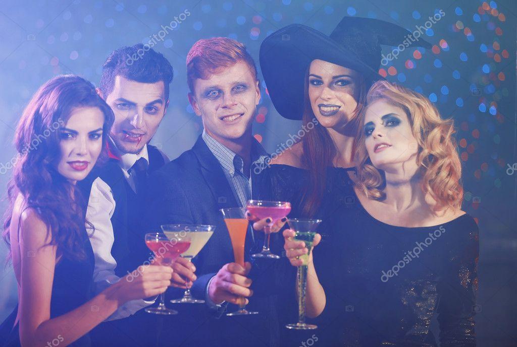 Jóvenes divirtiéndose en la fiesta de Halloween de disfraces — Foto ...