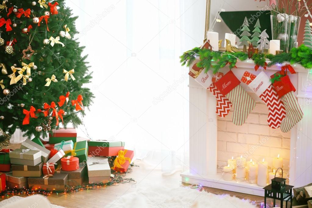 woonkamer met open haard versierd voor de kerst close up stockfoto
