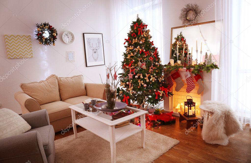 Interieur van de prachtige woonkamer ingericht voor Kerstmis ...