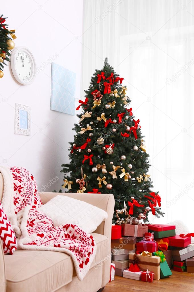 Weihnachts-Zimmer mit gemütlicher Couch und schönen Tannenbaum ...