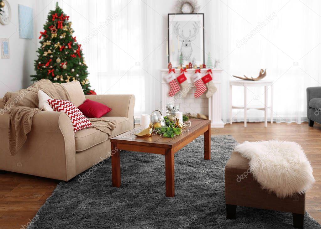 Weihnachts-Zimmer mit schönen Tannenbaum geschmückt — Stockfoto ...