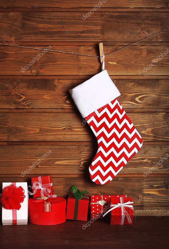 Weihnachts-Strumpf und Geschenke gegen Holzwand — Stockfoto ...