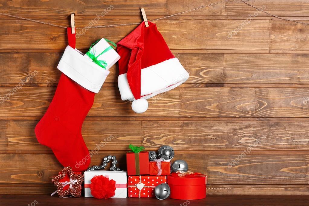 Weihnachts-Strumpf, Weihnachtsmann Mütze und Geschenke aus Holz ...