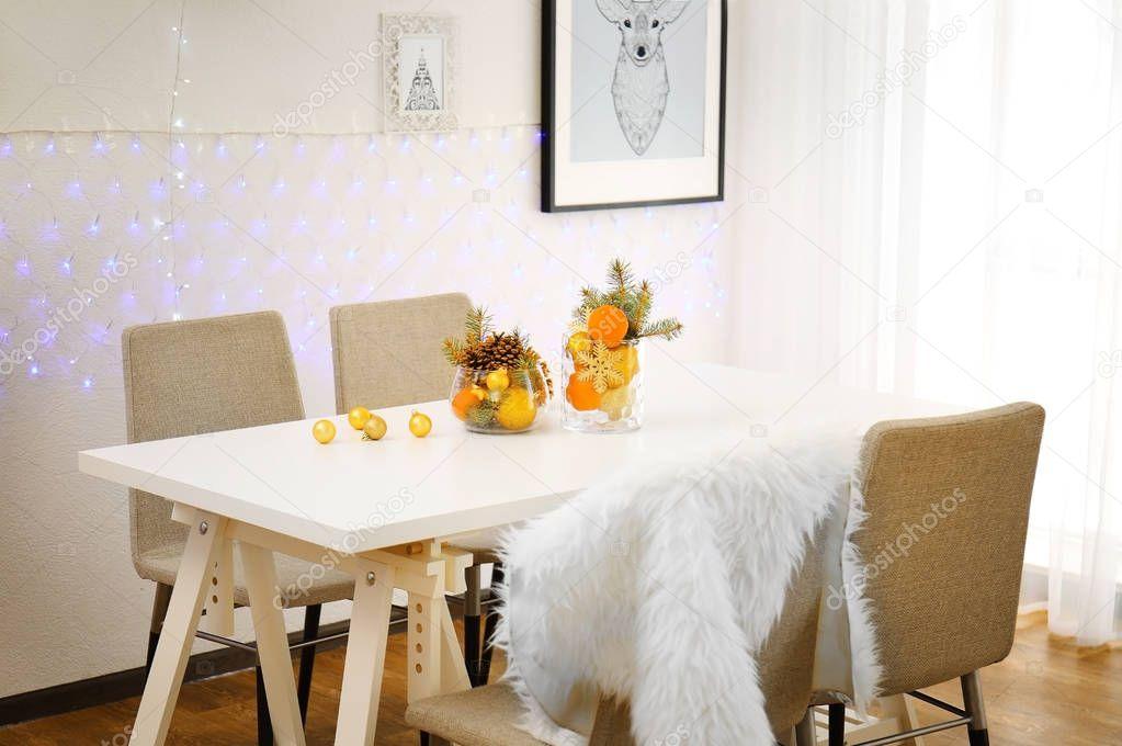 Sedie Decorate Per Natale : Sala con tavolo e sedie decorato per natale u foto stock