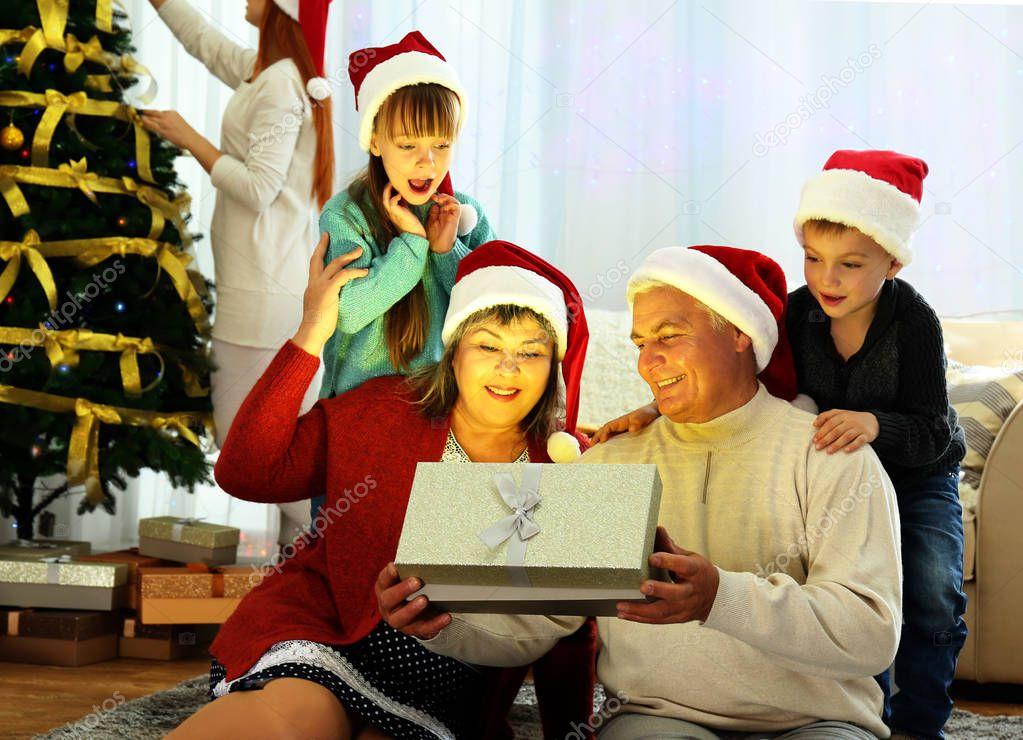 Älteres Ehepaar Weihnachtsgeschenk Wohnzimmer Öffnen — Stockfoto ...