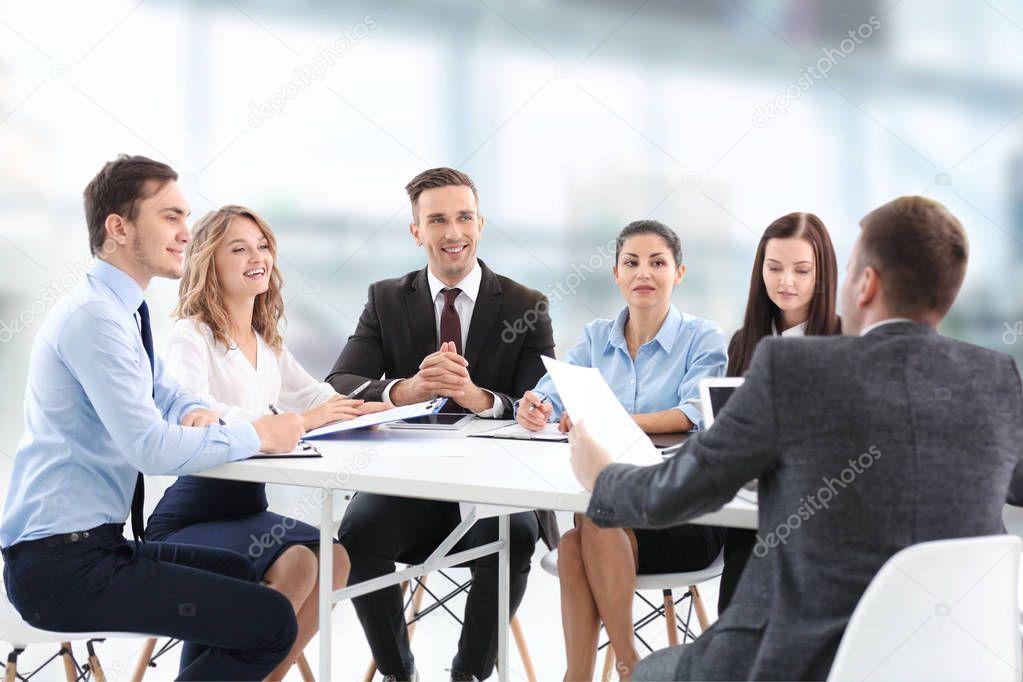 Groupe personnes sur réunion bureau moderne concept affaires