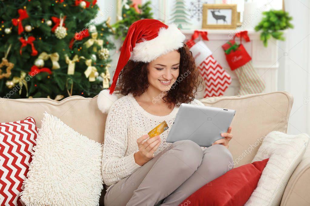 Frau Weihnachtsgeschenke bestellen — Stockfoto © belchonock #128997170