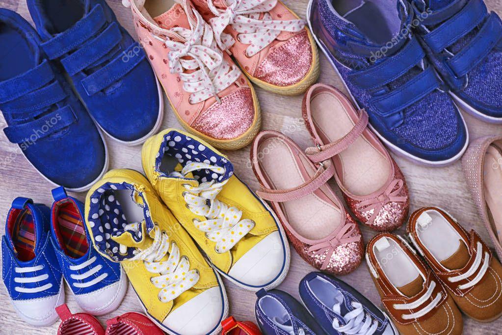 eb9d7eb910c Πολύχρωμα Παιδικά παπούτσια στο πάτωμα — Φωτογραφία Αρχείου ...
