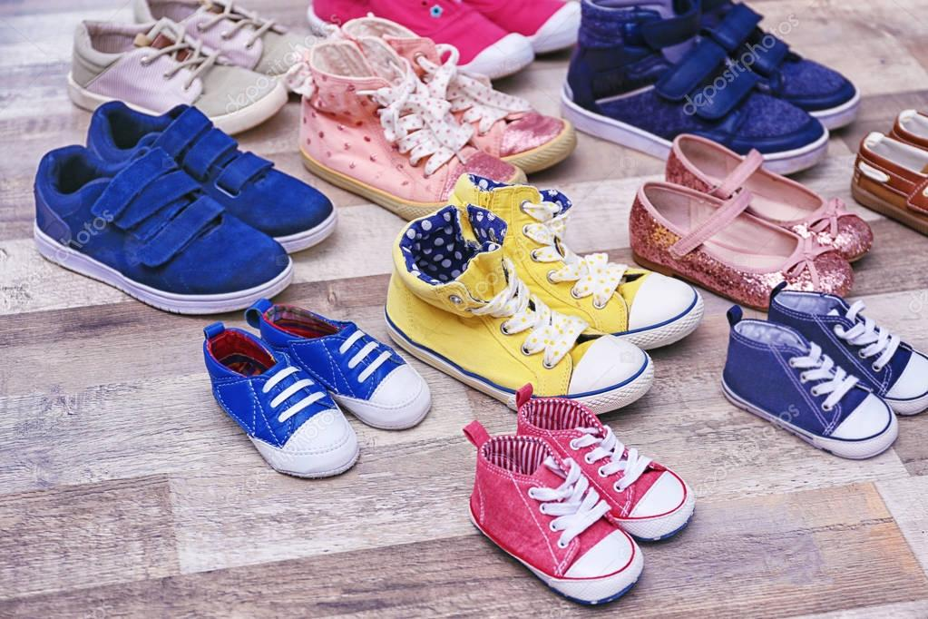 2a7df14b469 Πολύχρωμα Παιδικά παπούτσια — Φωτογραφία Αρχείου © belchonock #129720274