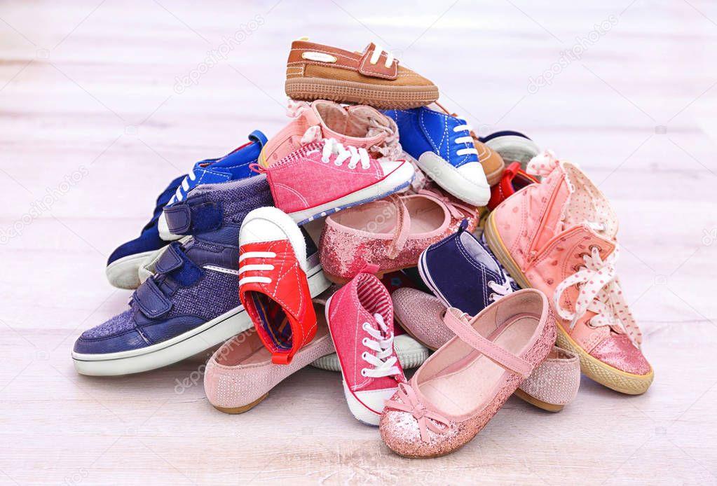 2ce511b314e Πολύχρωμα Παιδικά παπούτσια — Φωτογραφία Αρχείου © belchonock #129720276