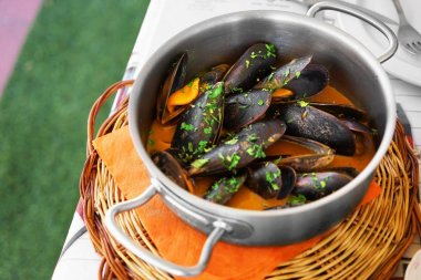 Saucepan with tasty mussels