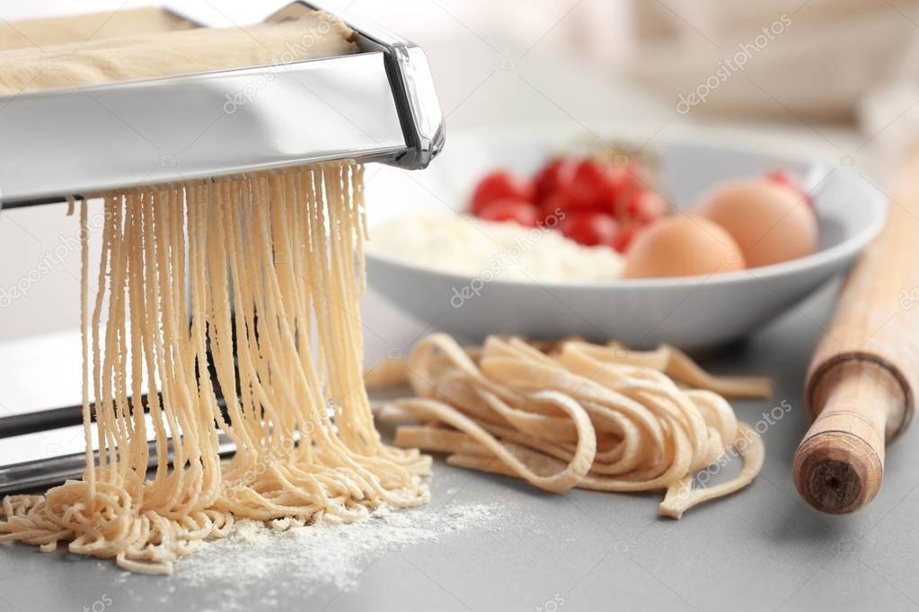 des tagliatelles avec la machine à pâtes — Photo #130128918
