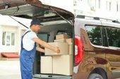 Lieferung-Konzept. Briefträger mit Auto