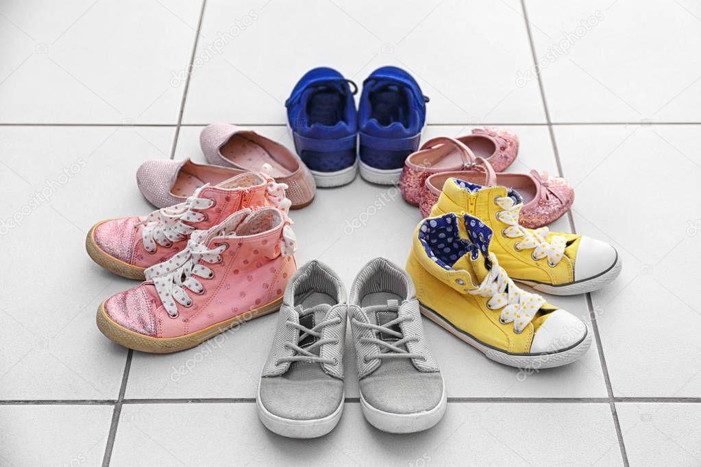 60f9432b954 Πολύχρωμα Παιδικά παπούτσια — Φωτογραφία Αρχείου © belchonock #130455798