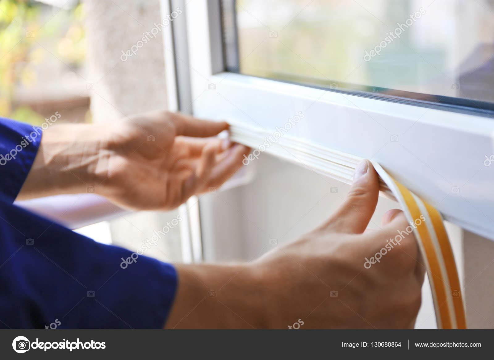 Arbeiter Schaumstoff Dichtband Auf Fenster Stockfoto C Belchonock
