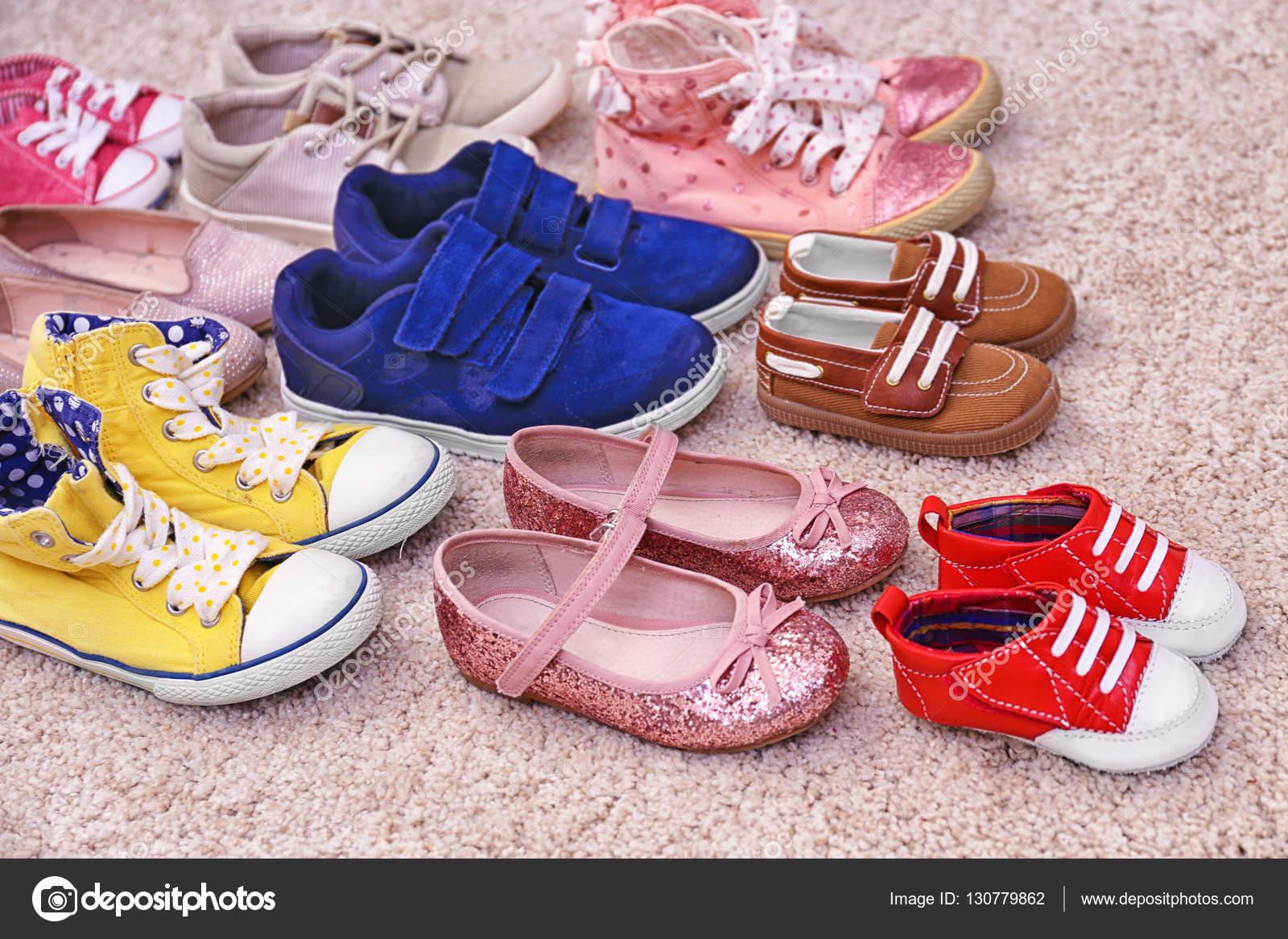 db5cb9bdfdf Πολύχρωμα Παιδικά παπούτσια — Φωτογραφία Αρχείου © belchonock #130779862