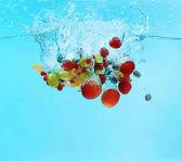 Bobule a ovoce pádu do vody