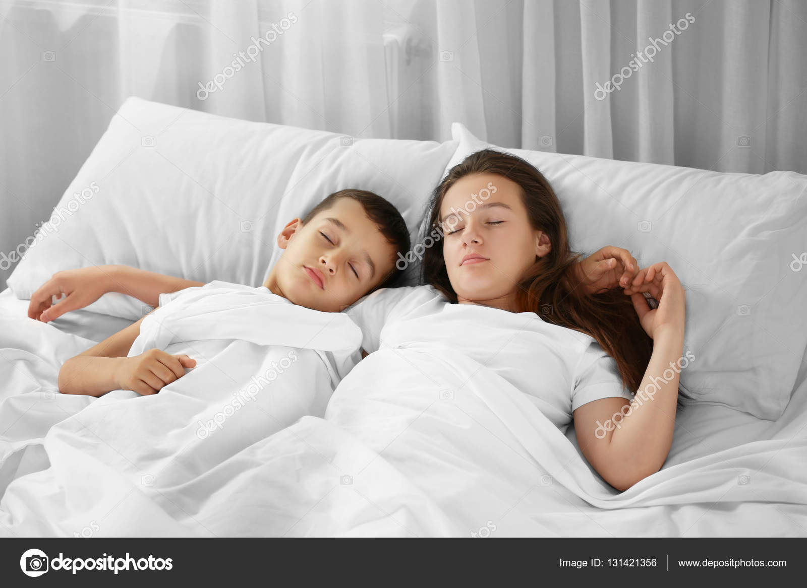 с сестрой в постели фото