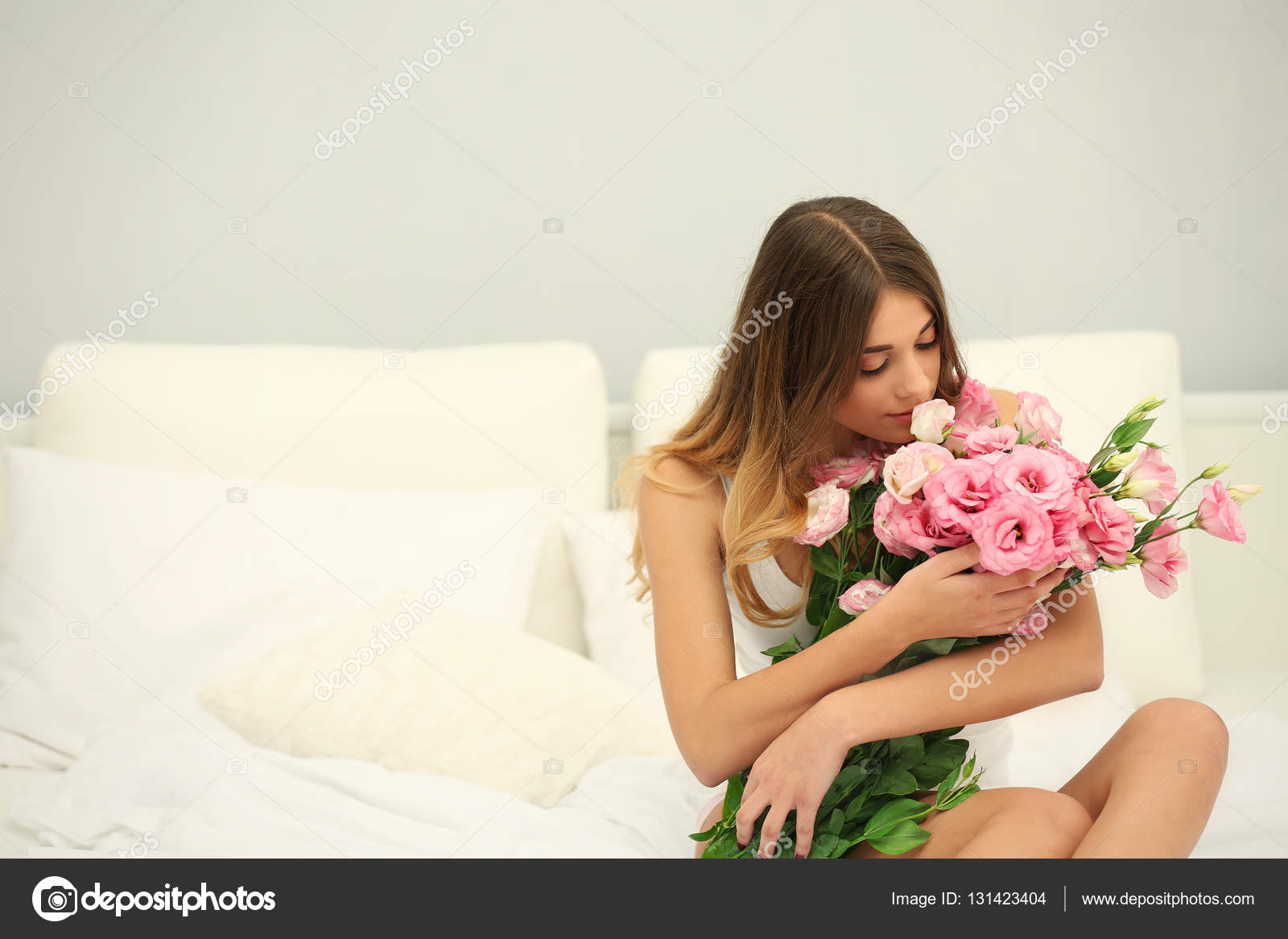 Девушки в платьях на постели фото 587-159