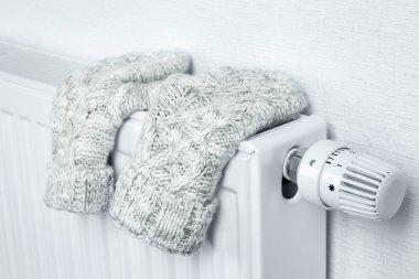 """Картина, постер, плакат, фотообои """"Радиатор отопления с вязаной рукавички в помещении"""", артикул 131598060"""