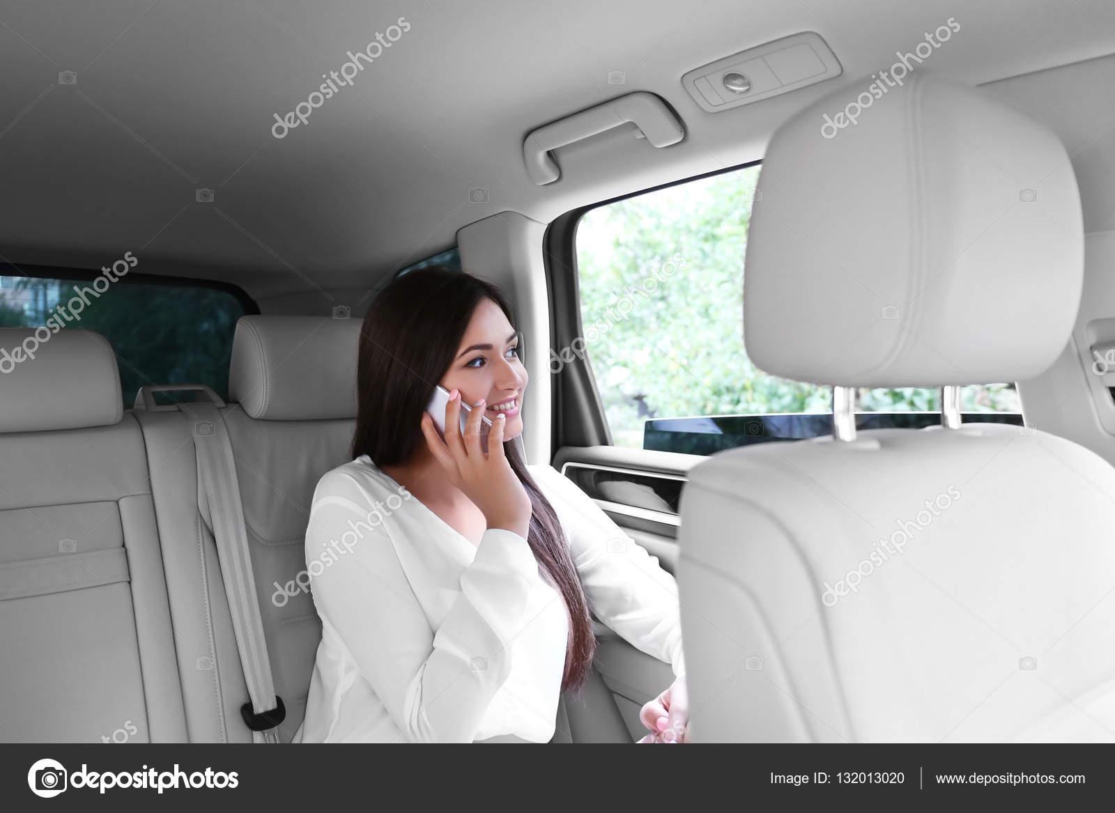 Как девки отдаются на заднем сидении автомобиля фото 488-231