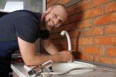 Fényképek Jóképű vízvezeték cseréje csaptelep a konyha, zár-megjelöl kilátás