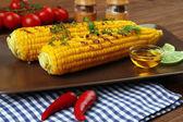 Fotografie Grilovaná kukuřice s přísadami na desce