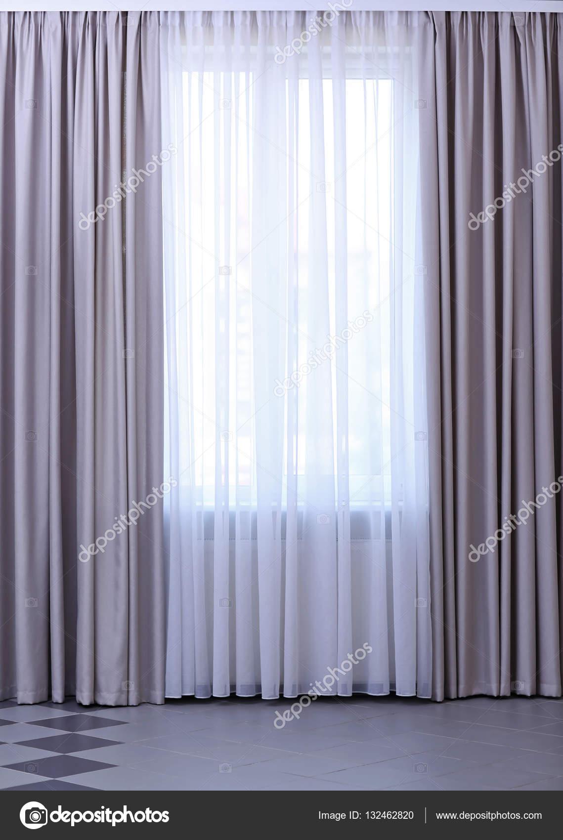 kamer raam met gordijnen — Stockfoto © belchonock #132462820