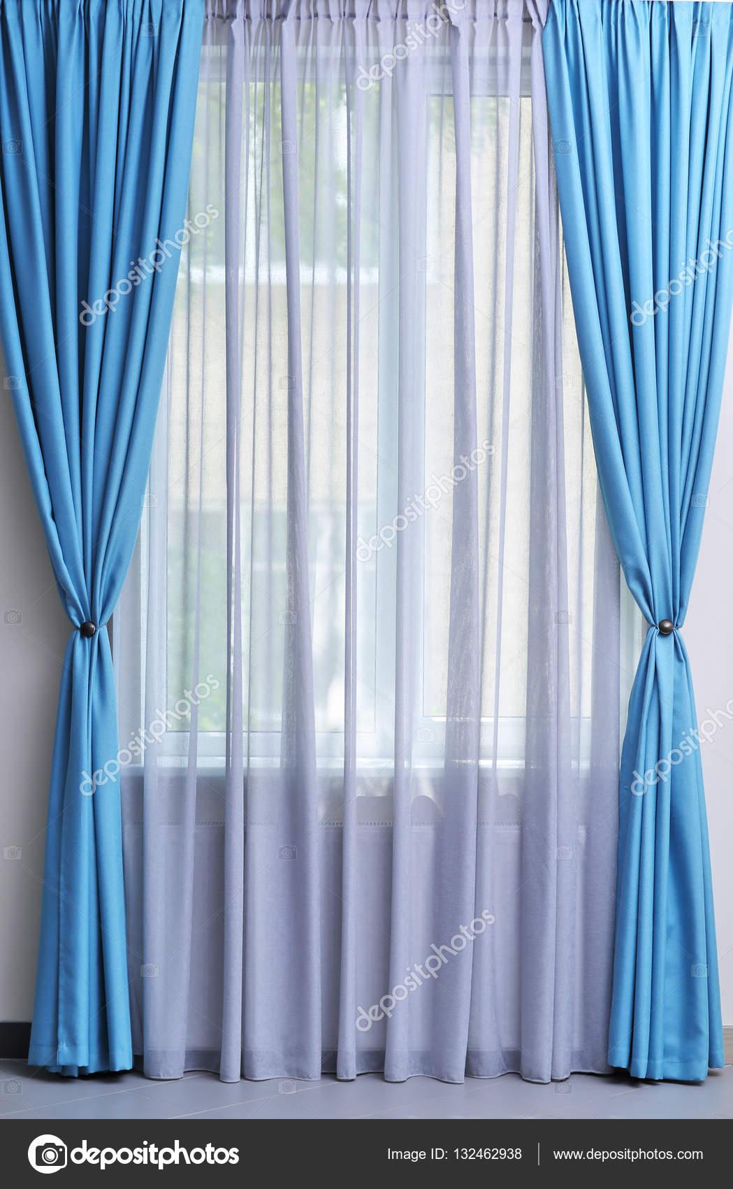 witte en blauwe gordijnen — Stockfoto © belchonock #132462938