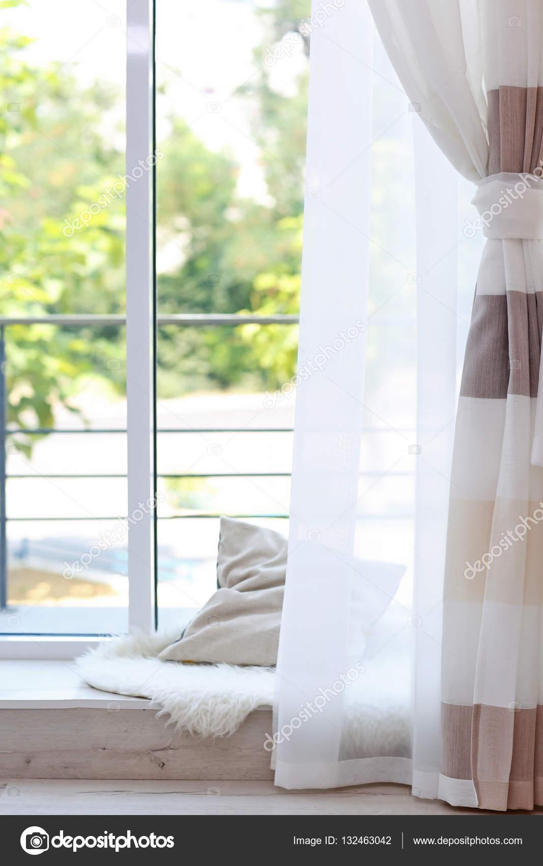 Kamer raam met kleurrijke gordijnen — Stockfoto © belchonock #132463042