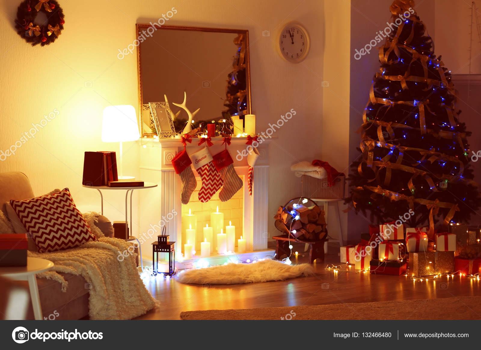 mooie woonkamer met open haard versierd voor de kerst foto van belchonock
