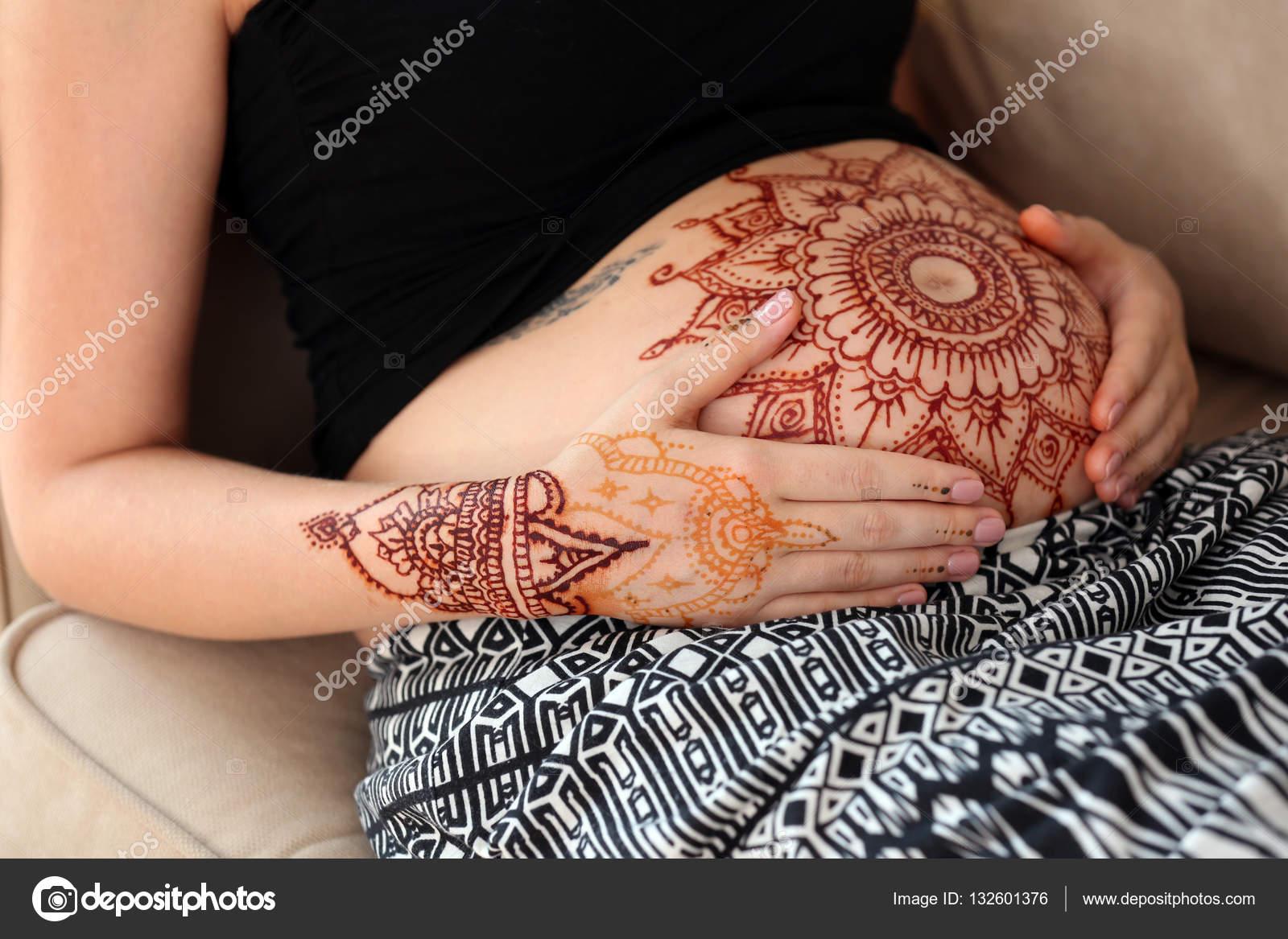 Kobieta W Ciąży Z Henny Tatuaż Na Brzuch Zdjęcie Stockowe