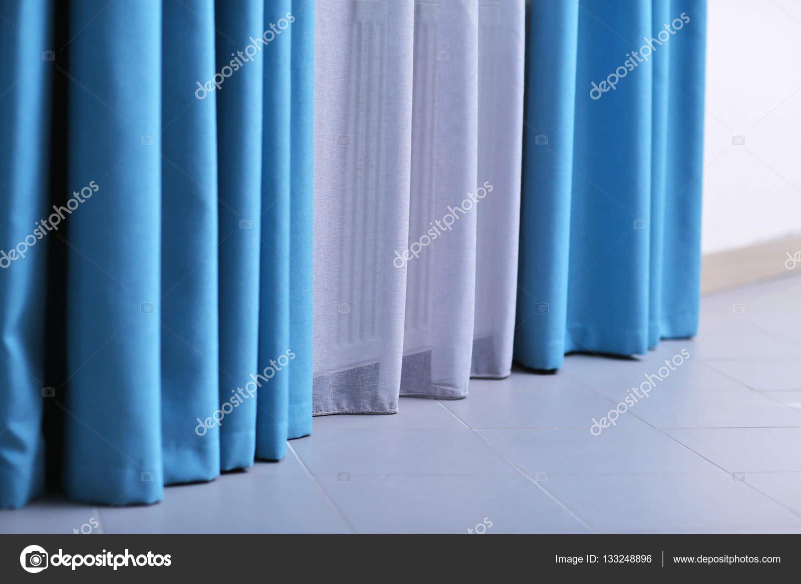 witte en blauwe gordijnen — Stockfoto © belchonock #133248896