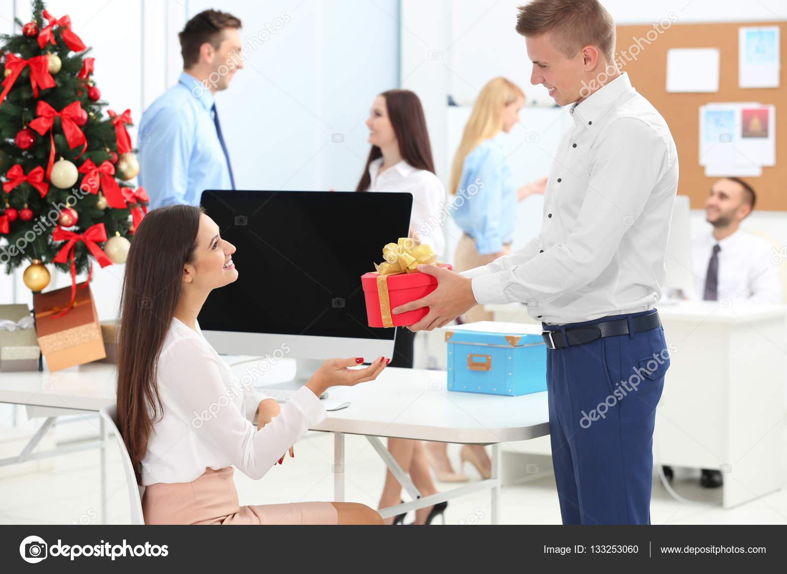 Junger Mann Geben Weihnachtsgeschenk Für Seine Kollegin Büro ...