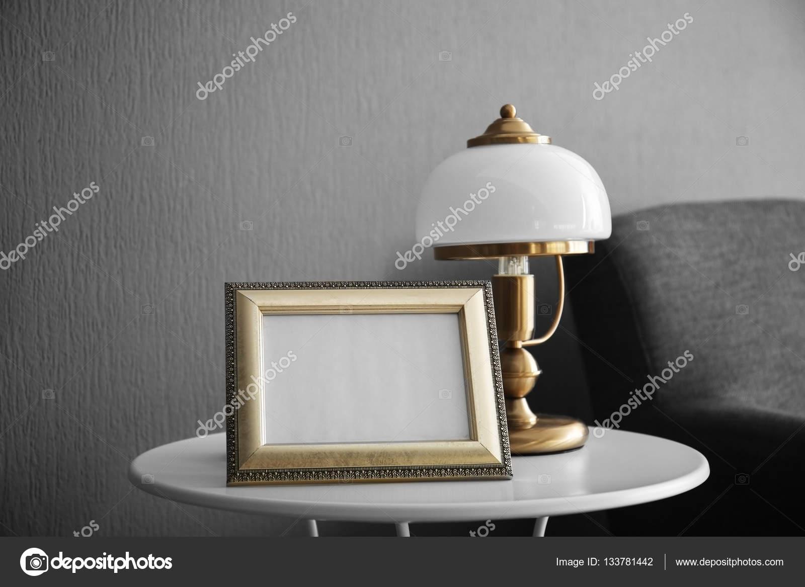 Fotolijstjes en staande lamp u stockfoto belchonock