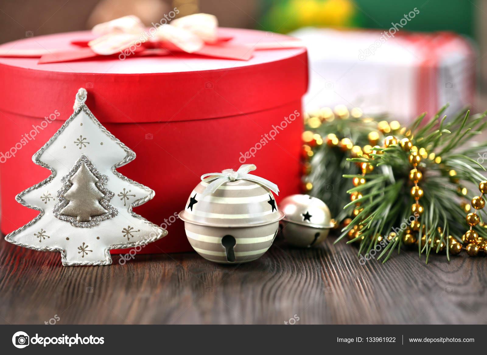 Große rote Weihnachtsgeschenk — Stockfoto © belchonock #133961922