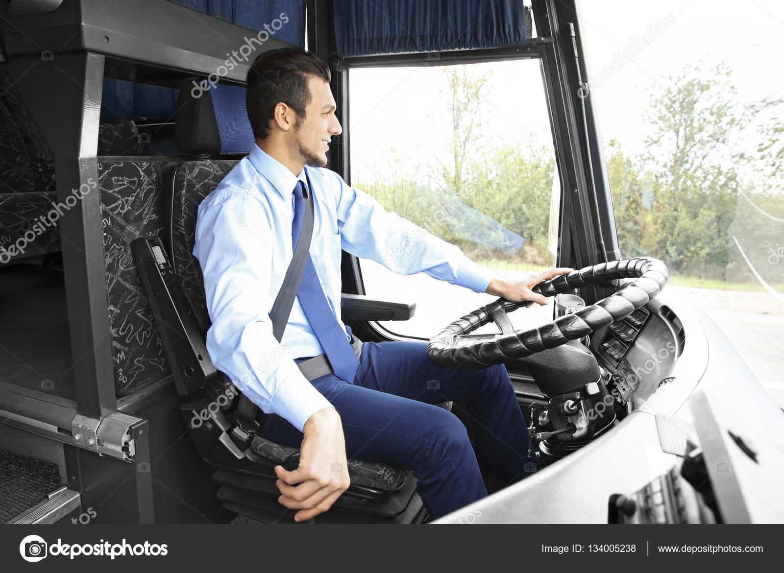beau chauffeur dans le bus photographie belchonock 134005238. Black Bedroom Furniture Sets. Home Design Ideas
