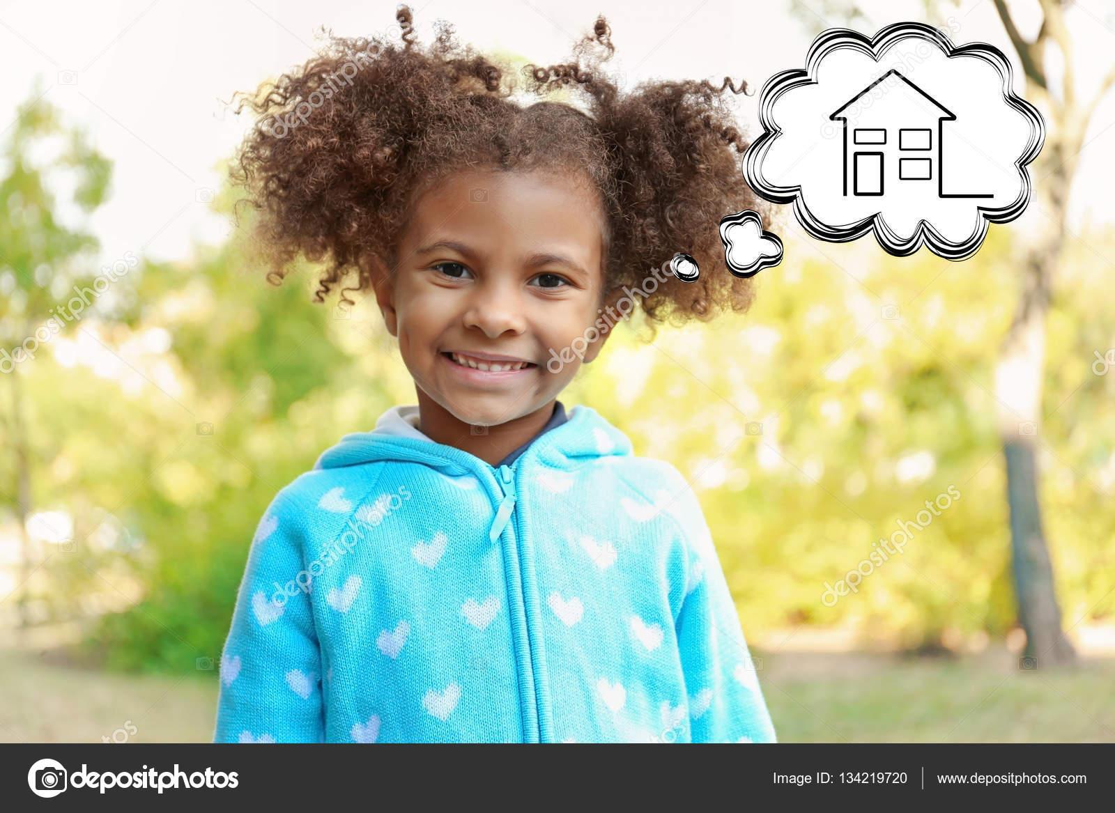 かわいい女の子の家の夢を見ています 養子縁組 親権と子育ての概念