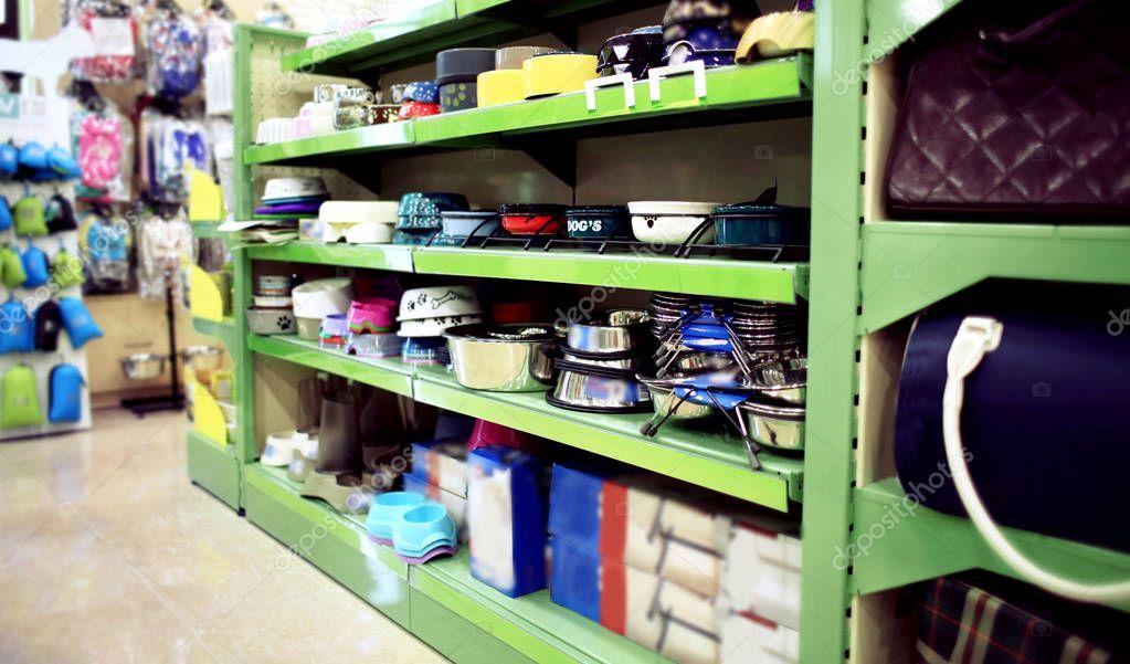 bowls on pet shop shelves