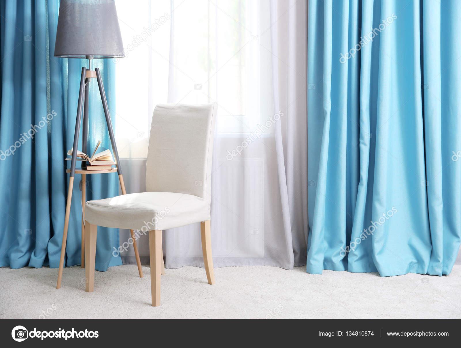Woonkamer met moderne gordijnen — Stockfoto © belchonock #134810874