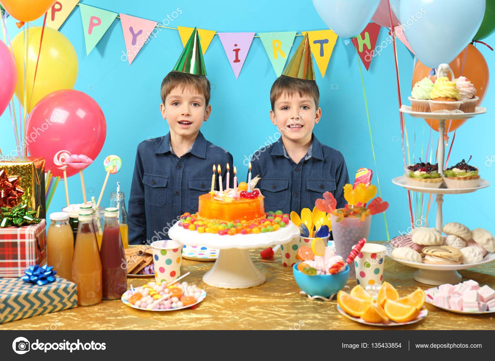 Zwillinge Feiern Geburtstag Stockfoto C Belchonock 135433854