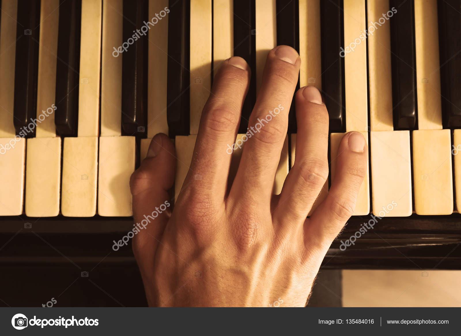 main de l 39 homme au piano photographie belchonock 135484016. Black Bedroom Furniture Sets. Home Design Ideas